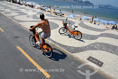 Ciclista com bicicleta pública - para aluguel - na ciclovia da Praia de Copacabana - Posto 6  - Rio de Janeiro - Rio de Janeiro (RJ) - Brasil