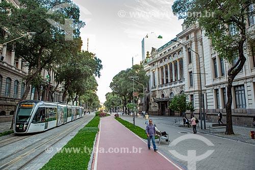 Veículo leve sobre trilhos transitando no Passeio Público da Avenida Rio Branco com o Theatro Municipal do Rio de Janeiro à direita  - Rio de Janeiro - Rio de Janeiro (RJ) - Brasil