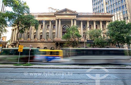 Tráfego na Avenida Rio Branco com o antigo prédio da Caixa de Amortização (1906) - hoje abriga a Gerência do Meio Circulante (MECIR) do Banco Central - ao fundo  - Rio de Janeiro - Rio de Janeiro (RJ) - Brasil
