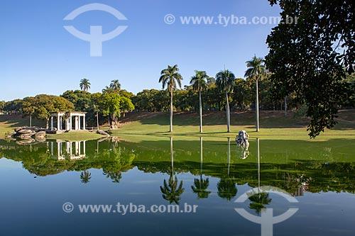Vista da lago no Parque da Quinta da Boa Vista com o Templo de Apolo (1910) - à esquerda - e a escultura Canto das Sereias - à direita  - Rio de Janeiro - Rio de Janeiro (RJ) - Brasil