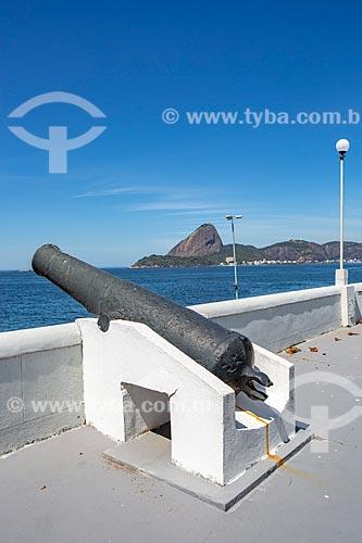 Canhão da antiga Fortaleza de Nossa Senhora da Conceição de Villegagnon - hoje abriga a Escola Naval - com o Pão de Açúcar ao fundo  - Rio de Janeiro - Rio de Janeiro (RJ) - Brasil