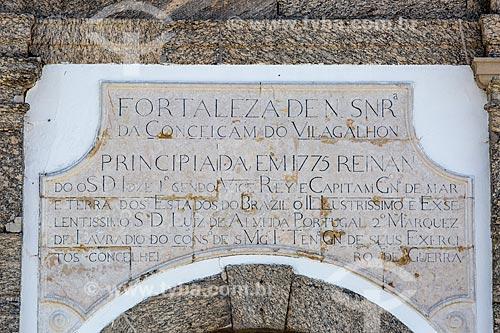 Detalhe de inscrições no pórtico de entrada da antiga Fortaleza de Nossa Senhora da Conceição de Villegagnon - hoje abriga a Escola Naval  - Rio de Janeiro - Rio de Janeiro (RJ) - Brasil