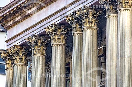 Detalhe de colunas na fachada do antigo prédio da Caixa de Amortização (1906) - hoje abriga a Gerência do Meio Circulante (MECIR) do Banco Central  - Rio de Janeiro - Rio de Janeiro (RJ) - Brasil
