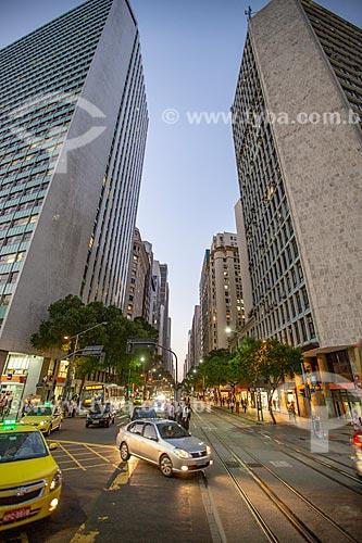 Tráfego na esquina da Avenida Rio Branco com a Avenida Nilo Peçanha durante o anoitecer  - Rio de Janeiro - Rio de Janeiro (RJ) - Brasil