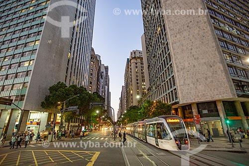 Veículo leve sobre trilhos transitando na esquina da Avenida Rio Branco com a Avenida Nilo Peçanha durante o anoitecer  - Rio de Janeiro - Rio de Janeiro (RJ) - Brasil