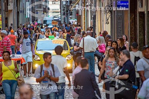 Táxi em meio a pedestres na Rua do Ouvidor próximo à Rua Gonçalves Dias  - Rio de Janeiro - Rio de Janeiro (RJ) - Brasil