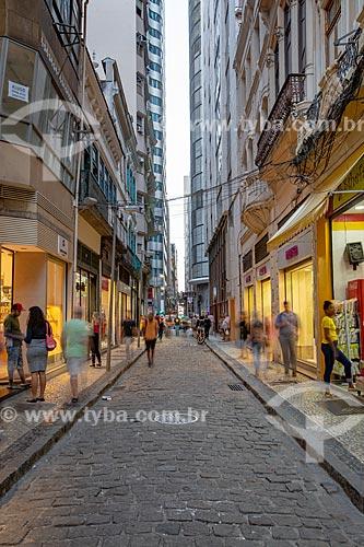 Lojas na Rua do Ouvidor durante o anoitecer  - Rio de Janeiro - Rio de Janeiro (RJ) - Brasil