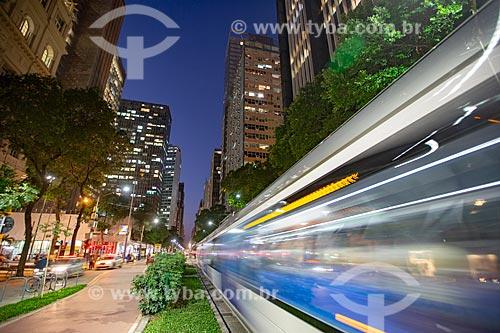 Veículo leve sobre trilhos transitando no Passeio Público da Avenida Rio Branco durante o anoitecer  - Rio de Janeiro - Rio de Janeiro (RJ) - Brasil