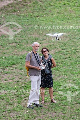 Homem operando drone no Parque da Quinta da Boa Vista  - Rio de Janeiro - Rio de Janeiro (RJ) - Brasil