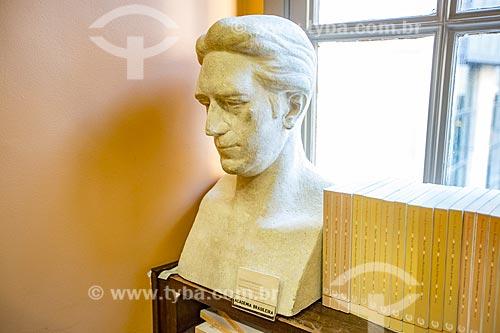 Detalhe do busto de Olegário Mariano (1923) - poeta, político, diplomata e imortal (cadeira 21) desde 1926 - na Biblioteca Acadêmica Lúcio de Mendonça da Academia Brasileira de Letras (ABL)  - Rio de Janeiro - Rio de Janeiro (RJ) - Brasil