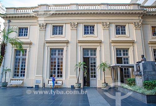 Fachada lateral da Academia Brasileira de Letras (ABL) - 1922 - com a estátua em homenagem ao escritor Machado de Assis - à direita  - Rio de Janeiro - Rio de Janeiro (RJ) - Brasil