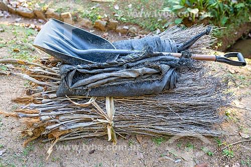 Detalhe de pá e lona sobre pilha de gravetos no Jardim Botânico do Rio de Janeiro  - Rio de Janeiro - Rio de Janeiro (RJ) - Brasil