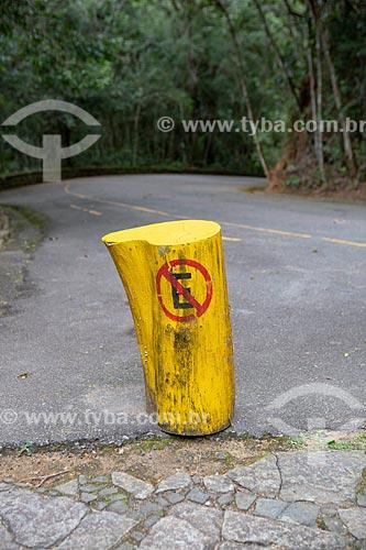 Detalhe de tronco pintado com sinalização de trânsito indicando proibido estacionar próximo à Capela Mayrink  - Rio de Janeiro - Rio de Janeiro (RJ) - Brasil