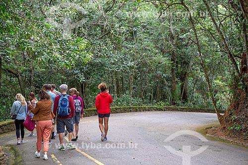 Turistas andando no acostamento da Estrada da Cascatinha - Parque Nacional da Tijuca  - Rio de Janeiro - Rio de Janeiro (RJ) - Brasil