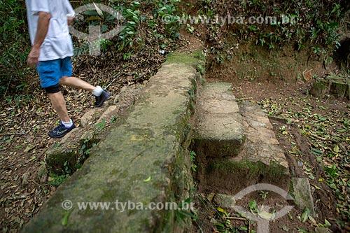 Detalhe de ruínas de escada de antiga fazenda de café em trilha no Parque Nacional da Tijuca  - Rio de Janeiro - Rio de Janeiro (RJ) - Brasil