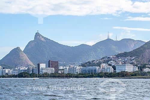 Vista da orla do bairro do Flamengo a partir da Baía de Guanabara com o Cristo Redentor - à esquerda - e o Morro do Sumaré - à direita  - Rio de Janeiro - Rio de Janeiro (RJ) - Brasil