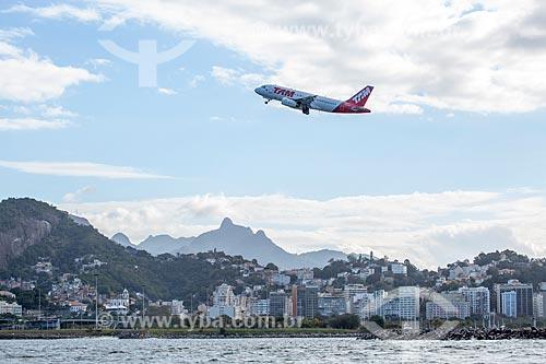 Vista de avião da TAM Linhas Aéreas decolando do Aeroporto Santos Dumont a partir da Baía de Guanabara  - Rio de Janeiro - Rio de Janeiro (RJ) - Brasil