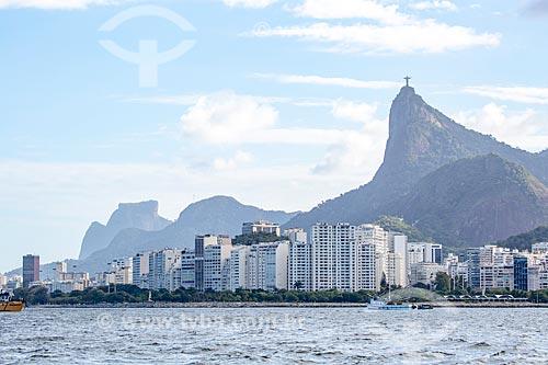 Vista da orla do bairro do Flamengo a partir da Baía de Guanabara com a Pedra da Gávea - à esquerda - e o Cristo Redentor - à direita  - Rio de Janeiro - Rio de Janeiro (RJ) - Brasil