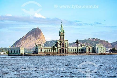 Vista do castelo da Ilha Fiscal (1889) a partir da Baía de Guanabara com o Pão de Açúcar ao fundo  - Rio de Janeiro - Rio de Janeiro (RJ) - Brasil