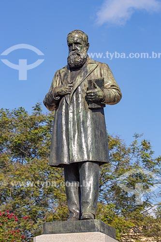 Detalhe de estátua de Dom Pedro II (1925) em frente ao Museu Nacional - antigo Paço de São Cristóvão - no Parque da Quinta da Boa Vista  - Rio de Janeiro - Rio de Janeiro (RJ) - Brasil