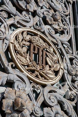 Detalhe do monograma do Imperador Dom Pedro II na fachada do Museu Nacional - antigo Paço de São Cristóvão  - Rio de Janeiro - Rio de Janeiro (RJ) - Brasil