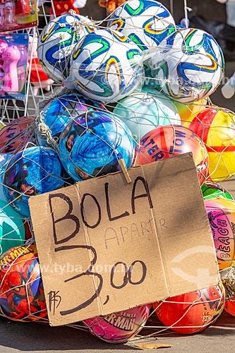 Detalhe de bolas à venda no Parque da Quinta da Boa Vista  - Rio de Janeiro - Rio de Janeiro (RJ) - Brasil