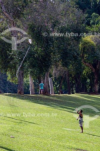 Homem soltando pipa no Parque da Quinta da Boa Vista  - Rio de Janeiro - Rio de Janeiro (RJ) - Brasil