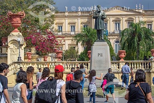 Público próximo à estátua de Dom Pedro II (1925) com o Museu Nacional - antigo Paço de São Cristóvão - ao fundo  - Rio de Janeiro - Rio de Janeiro (RJ) - Brasil