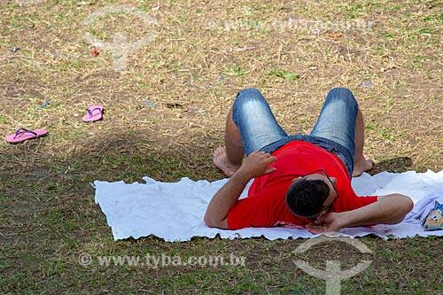 Homem deitado no Parque da Quinta da Boa Vista  - Rio de Janeiro - Rio de Janeiro (RJ) - Brasil