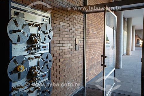 Porta pivotada na entrada da Cinemateca do Museu de Arte Moderna do Rio de Janeiro  - Rio de Janeiro - Rio de Janeiro (RJ) - Brasil