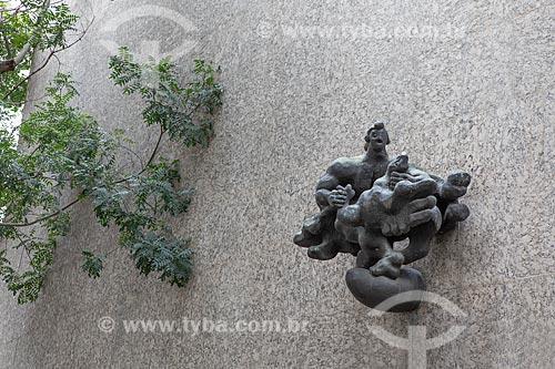 Detalhe da escultura Prometeu (1944) de Jacques Lipchitz na fachada do Edifício Gustavo Capanema (1945) - antigo Ministério da Educação, atual sede do Ministério da Cultura no Rio de Janeiro  - Rio de Janeiro - Rio de Janeiro (RJ) - Brasil