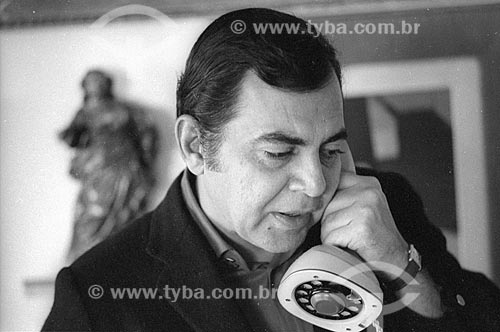 Detalhe do médico Ivo Pitanguy atendendo ao telefone em sua casa - década de 80  - Rio de Janeiro - Rio de Janeiro (RJ) - Brasil