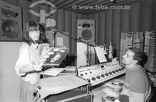 Cantora Rita Lee nos estúdios da Rádio Jornal do Brasil segurando disco de Caterina Valente (1957) - década de 80  - Rio de Janeiro - Rio de Janeiro (RJ) - Brasil