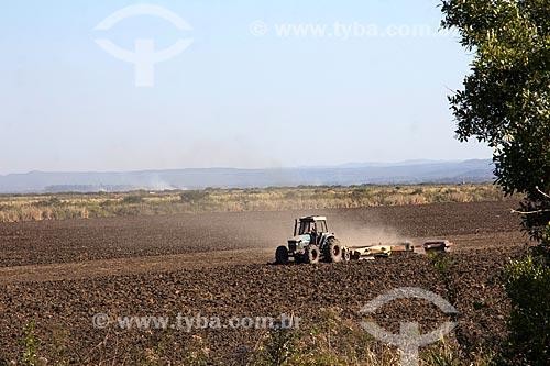 Trator arando o solo para plantação de arroz na Fazenda San Domingos  - Miranda - Mato Grosso do Sul (MS) - Brasil