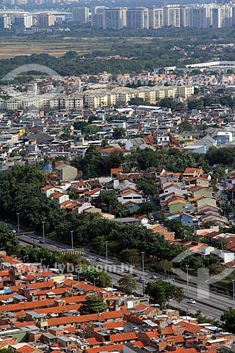 Vista da Linha Amarela a partir do pátio da Igreja de Nossa Senhora da Penna (Século XVIII) no Morro da Penna com o bairro da Barra da Tijuca ao fundo  - Rio de Janeiro - Rio de Janeiro (RJ) - Brasil