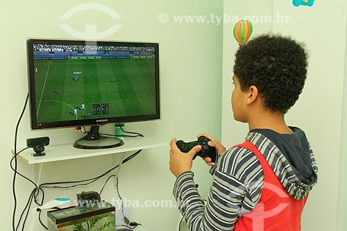 Menino jogando videogame  - Rio de Janeiro - Rio de Janeiro (RJ) - Brasil