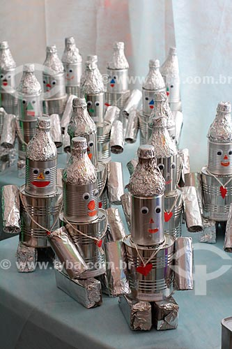 Bonecos de lata feitos de material reciclável na feira cultural do Colégio Nossa Senhora da Ressurreição  - Rio de Janeiro - Rio de Janeiro (RJ) - Brasil