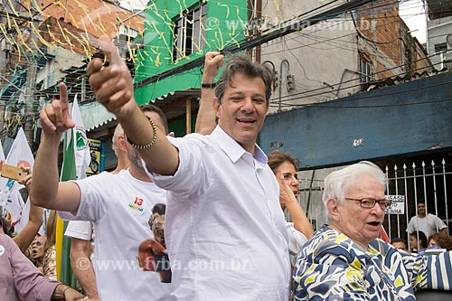 Detalhe de Fernando Haddad - candidato à presidência pelo Partido dos Trabalhadores (PT) - durante carreata na favela de Heliópolis  - São Paulo - São Paulo (SP) - Brasil