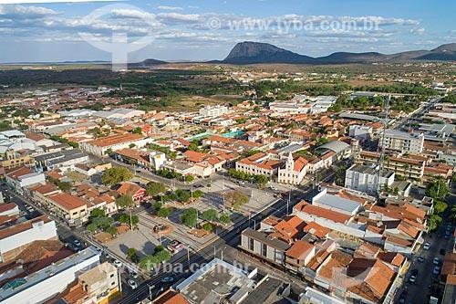 Foto feita com drone da Praça do Leão - também conhecida como Praça José de Barros - com inselbergs do Monumento Natural dos Monólitos de Quixadá ao fundo  - Quixadá - Ceará (CE) - Brasil