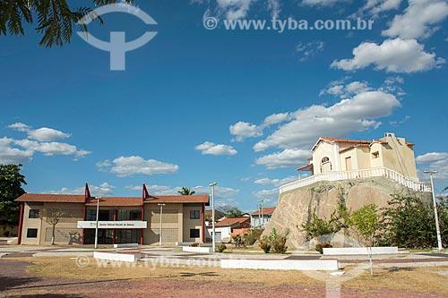 Fachada do Centro Cultural Rachel de Queiroz - à esquerda - com o Memorial Rachel de Queiroz (1899) - construído sobre um monólito - à direita  - Quixadá - Ceará (CE) - Brasil