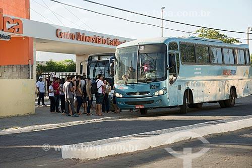 Ponto de ônibus em frente ao Centro Universitário Católica de Quixadá (Unicatólica)  - Quixadá - Ceará (CE) - Brasil