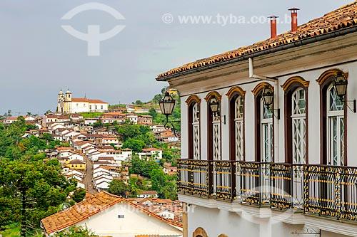 Fachada lateral de casario com a Igreja Matriz de Santa Efigênia (1785) ao fundo  - Ouro Preto - Minas Gerais (MG) - Brasil