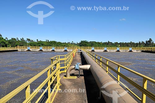 Detalhe de etapa 5 do tratamento de esgoto - tanque de aeração - na Estação de Tratamento de Esgoto de São José do Rio Preto  - São José do Rio Preto - São Paulo (SP) - Brasil
