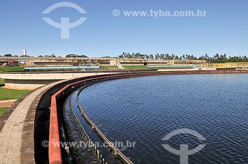 Detalhe de etapa 6 do tratamento de esgoto - tanque de decantação - na Estação de Tratamento de Esgoto de São José do Rio Preto  - São José do Rio Preto - São Paulo (SP) - Brasil