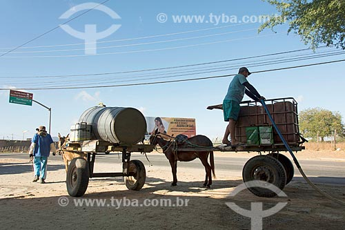 Carroceiros abastecendo tanque de água para vender  - Quixadá - Ceará (CE) - Brasil