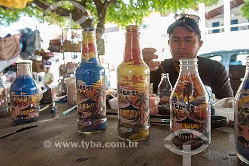 Artesão fazendo garrafas de areia colorida  - Beberibe - Ceará (CE) - Brasil