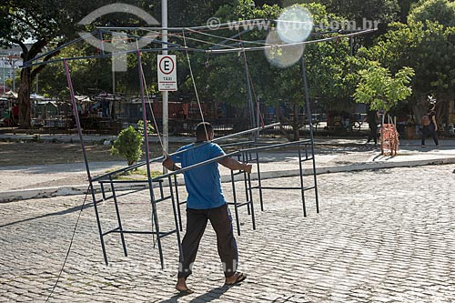 Vendedor ambulante carregando a estrutura de barraca  - Fortaleza - Ceará (CE) - Brasil