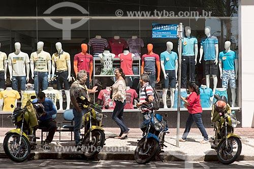 Estacionamento de motocicletas com vitrine de loja de roupas ao fundo  - Fortaleza - Ceará (CE) - Brasil