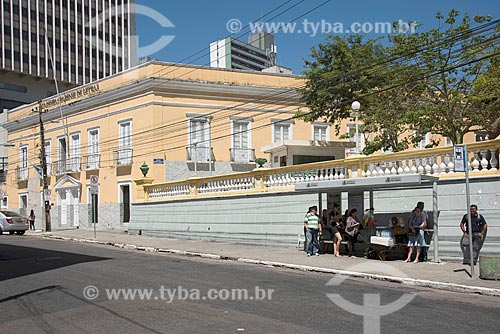 Ponto de ônibus com a Academia Cearense de Letras (ACL) - 1894 - antiga sede do Governo do Estado do Ceará - ao fundo  - Fortaleza - Ceará (CE) - Brasil