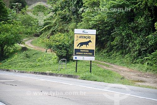 Placa indicando área de travessia de animais silvestres no acostamento da Rodovia Washington Luís (BR-040)  - Petrópolis - Rio de Janeiro (RJ) - Brasil